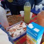 partage de morceaux de noix de coco et de jus locaux